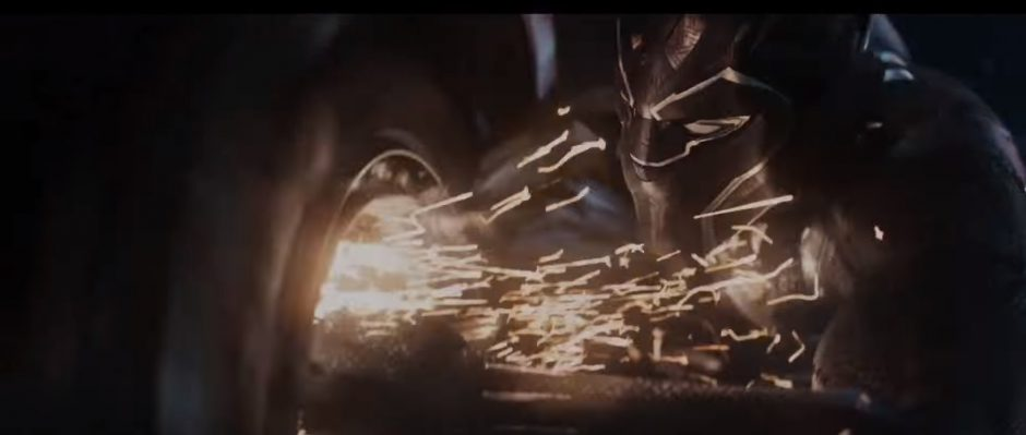 טצ'אלה מפרק גלגל של רכב בעזרת חליפת הפנתר שלו