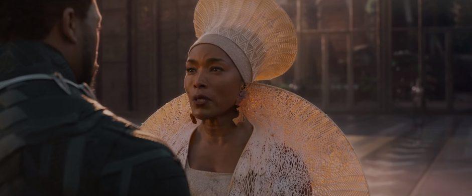 השחקנית אנגלה באסט בתפקיד אמו של טצ'אלה