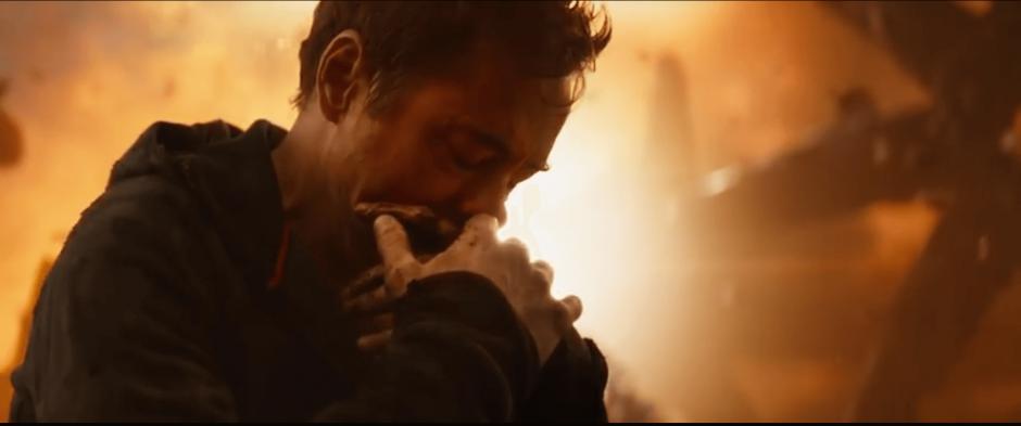 טוני סטארק עם חלק מהשריון של איירון מתאבל כנראה אחרי הקרב