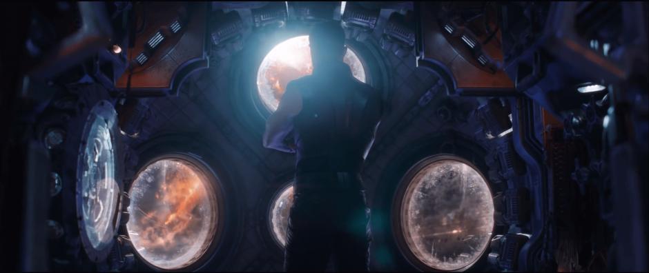 תור מביט בחלל