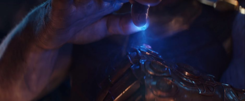 הטסארק האבן שמאפשרת להשתגר לכל מקום ביקום בידו של תאנוס