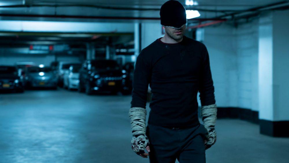 דרדוויל עוזב את החליפה השחורה וחוזר לבסיס עם החליפה השחורה לעבר כל הסדרה